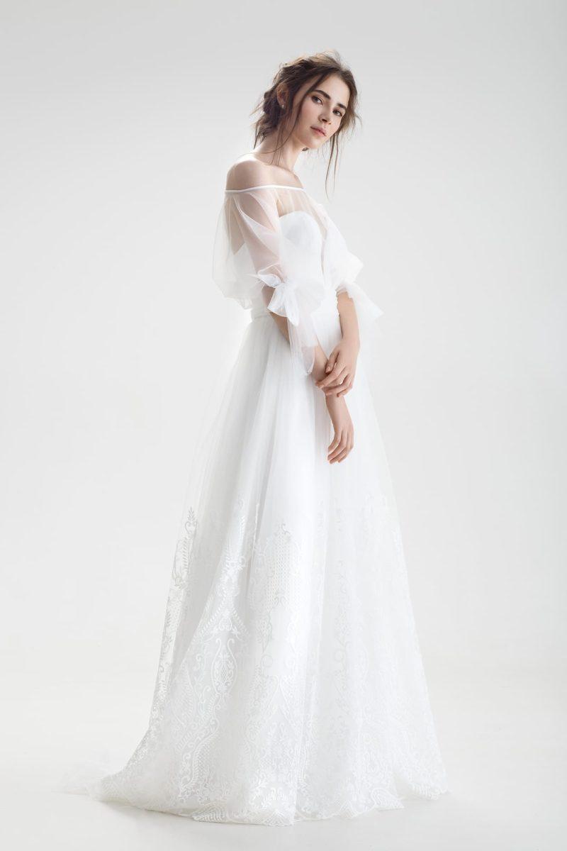 Свадебное платье с эксцентричными рукавами и нежной юбкой А-силуэта.