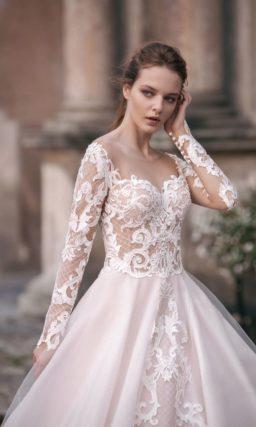 Свадебное платье «принцесса» с великолепной юбкой и длинным кружевным рукавом.