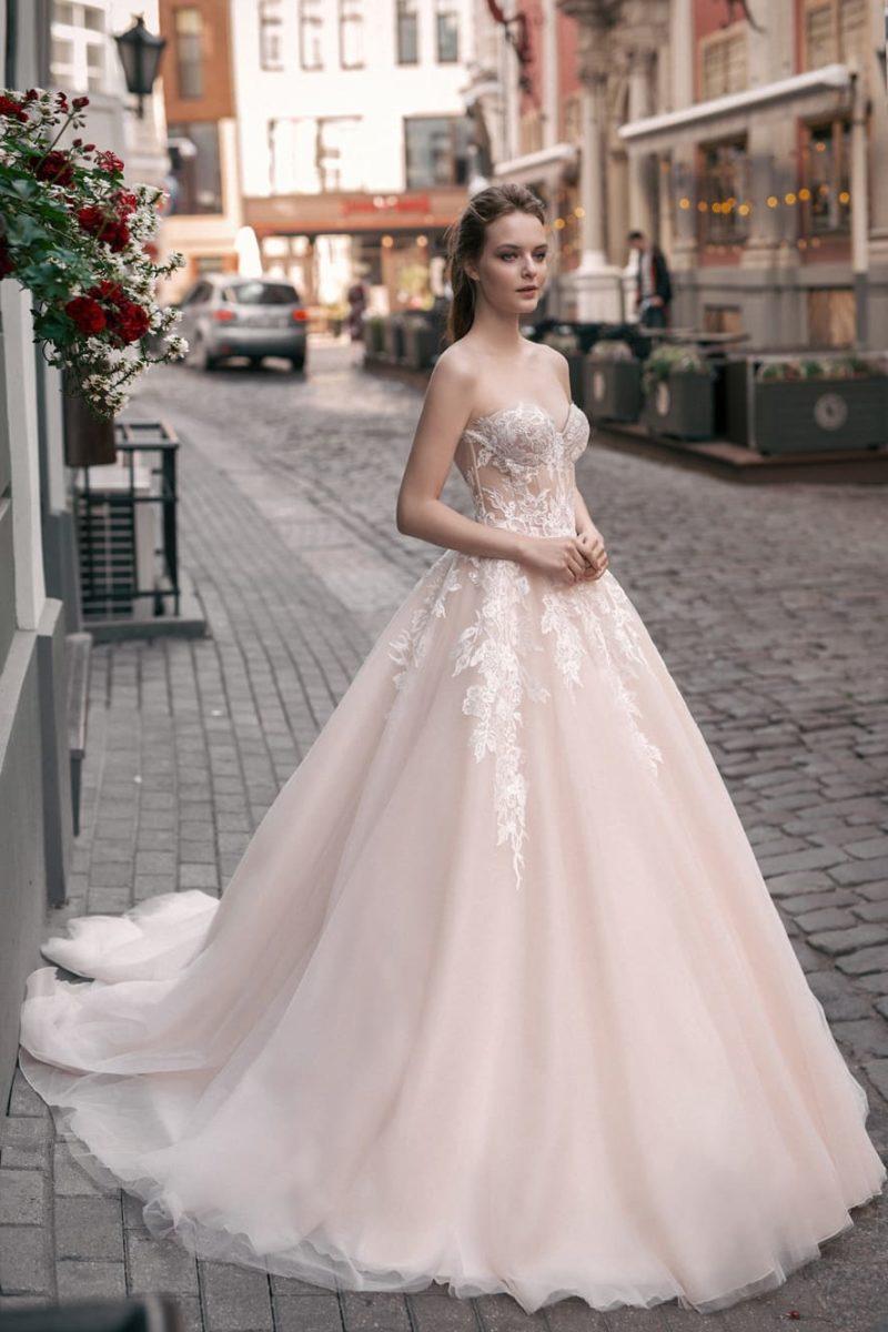 Свадебное платье пудрового оттенка А-силуэта с открытым лифом в форме «сердечка».