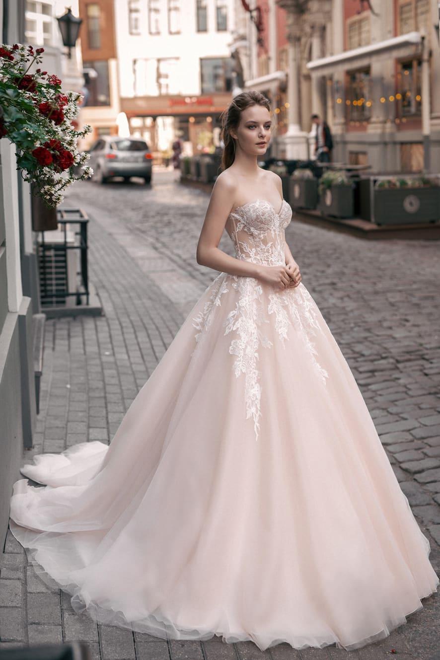 38d33e439b36d87 Свадебное платье пудрового оттенка А-силуэта с открытым лифом в форме  «сердечка».