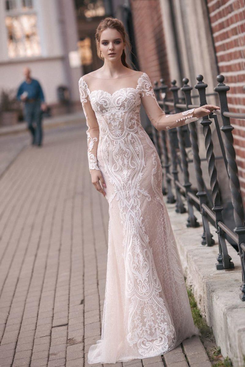 Свадебное платье «русалка» с бежевой подкладкой и длинным рукавом из кружевной ткани.