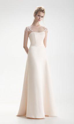 Свадебное платье с открытой областью декольте и пышной верхней юбкой.