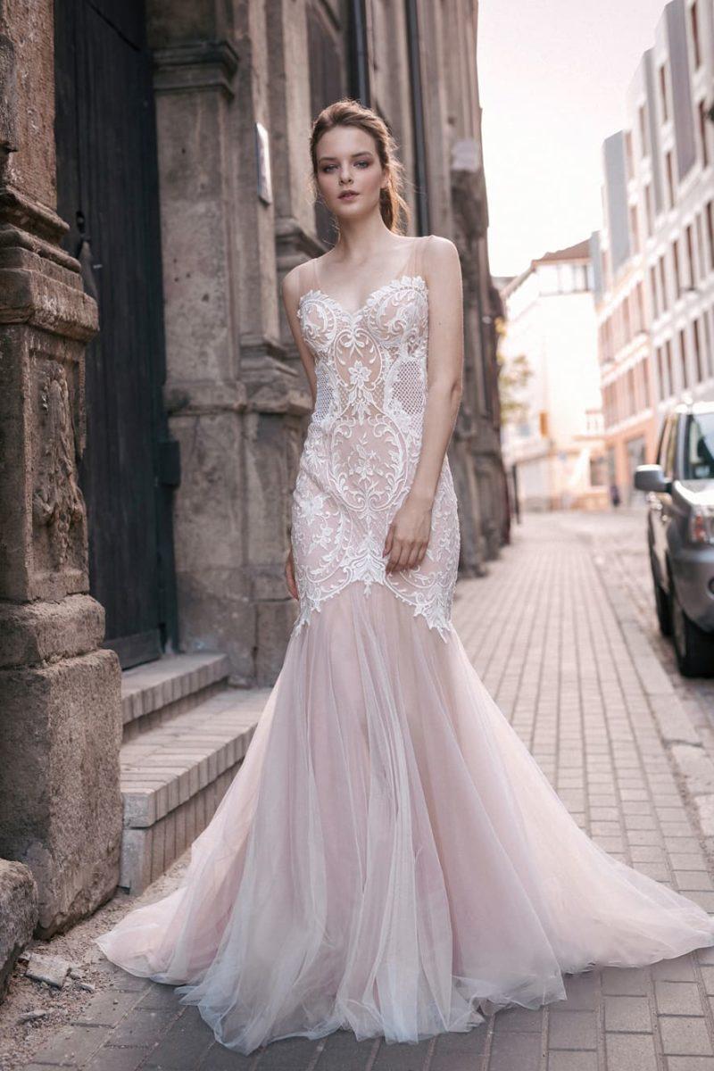 Свадебное платье «русалка» с полупрозрачным корсетом и кружевной отделкой по корсету.