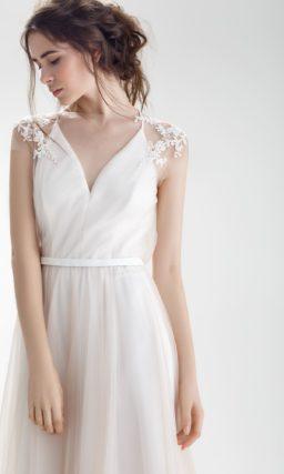 Романтичное свадебное платье А-силуэта с нежным декором спинки и узким поясом.