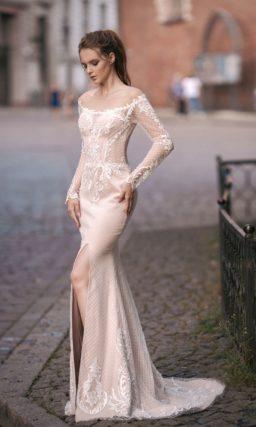 Свадебное платье облегающего кроя с длинным рукавом и разрезом на прямой юбке.