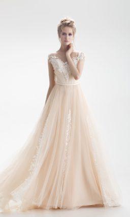 Кремовое свадебное платье «принцесса» с кружевным закрытым лифом и шлейфом.