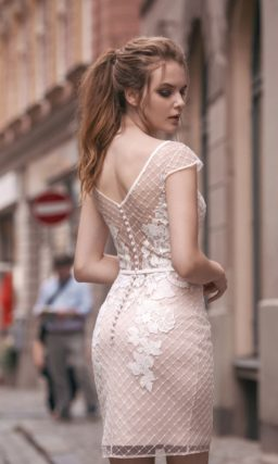 Свадебное платье-футляр с округлым вырезом, бежевой подкладкой и отделкой из кружева.
