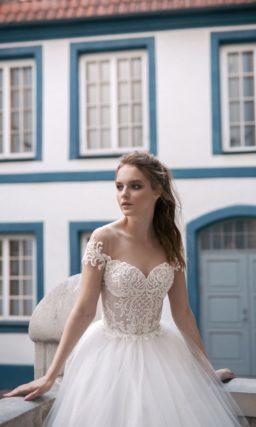 Свадебное платье А-силуэта с открытым кружевным корсетом и романтичной юбкой.