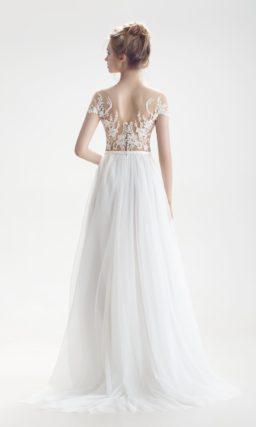 Свадебное платье с полупрозрачным верхом и изящной юбкой А-силуэта со шлейфом.