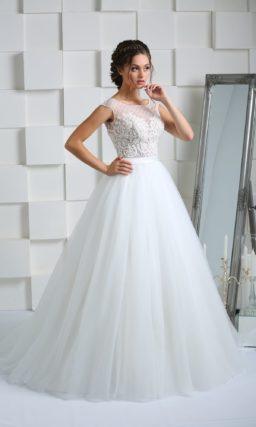 Свадебное платье с закрытым верхом без рукава и элегантным поясом из атласа.