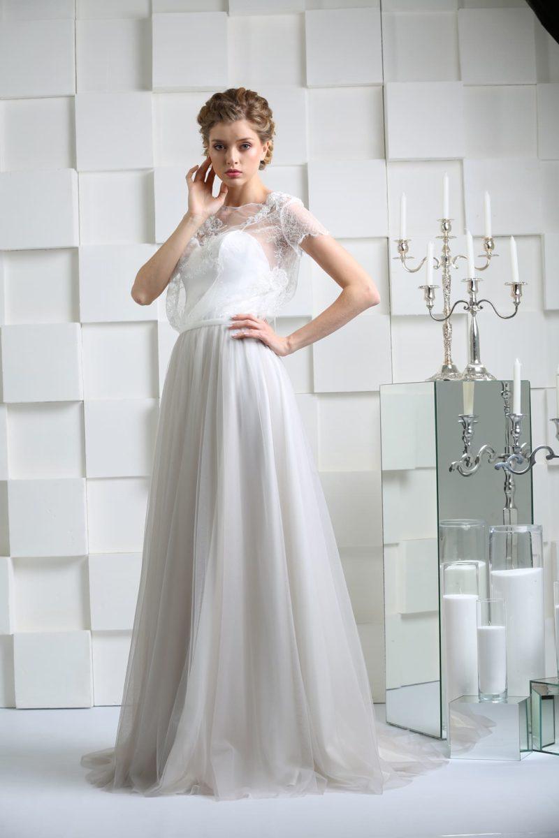 Прямое свадебное платье с оригинальным верхом и открытой глубоким вырезом спинкой.