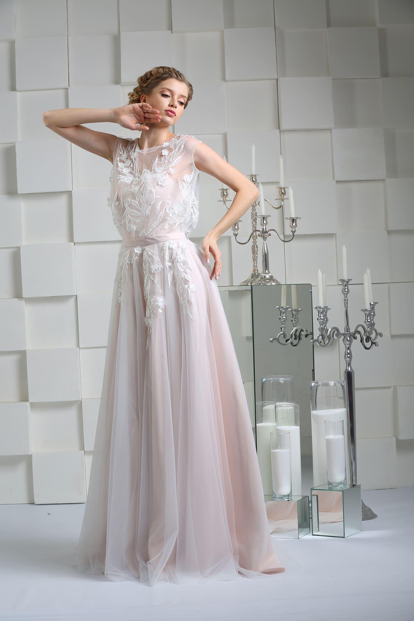 Розовое свадебное платье прямого силуэта с полупрозрачной тканью, скрывающей корсет.