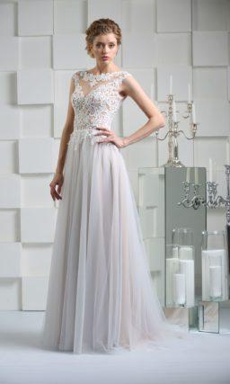 Прямое свадебное платье с кружевной отделкой верха и небольшим шлейфом.