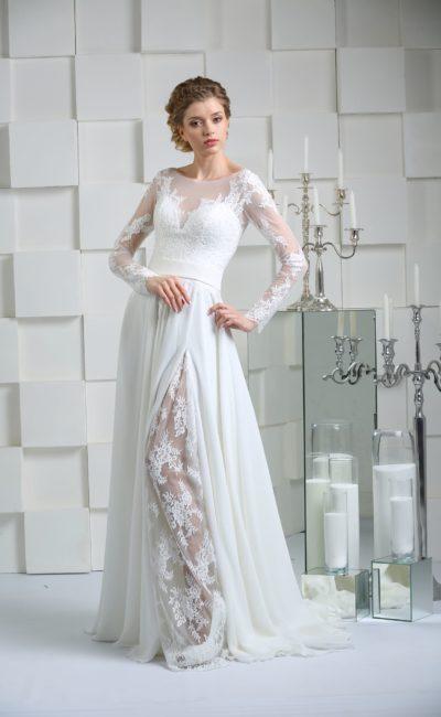 Прямое свадебное платье с кружевной вставкой по подолу и сдержанным рукавом.