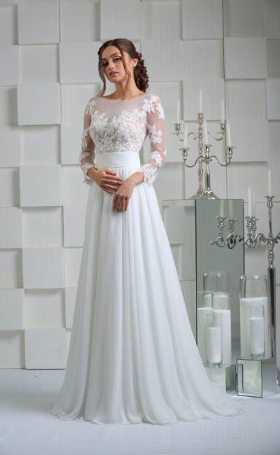 Свадебное платье прямого кроя с отделкой сетчатой тканью и кружевными аппликациями.