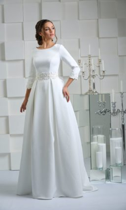 Свадебное платье с закрытым верхом, широкими кружевными поясом и манжетами.