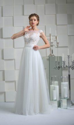 Прямое свадебное платье с открытой спинкой и лифом, покрытым кружевной отделкой.