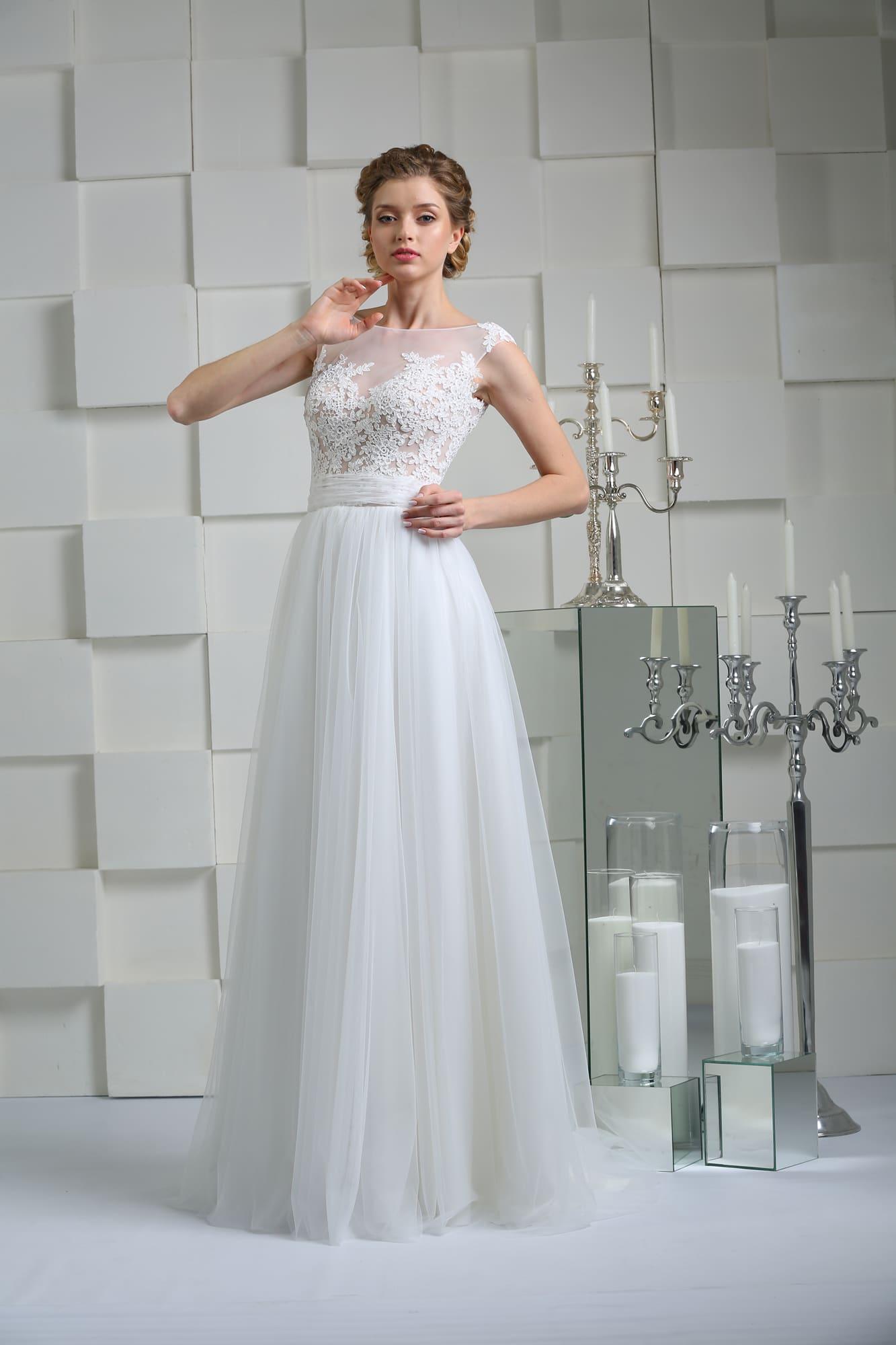 f2c7f4e5137ca82 Прямое свадебное платье с открытой спинкой и лифом, покрытым кружевной  отделкой.