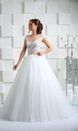 Свадебное платье с полупрозрачным верхом и V-образными вырезами на лифе и сзади.