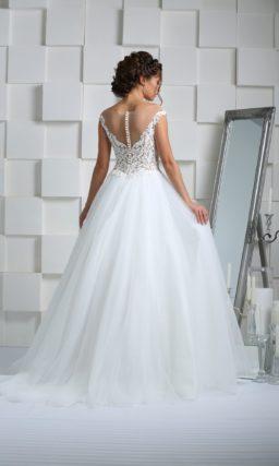 Свадебное платье с кружевной отделкой корсета, открытой спинкой и воздушным низом.