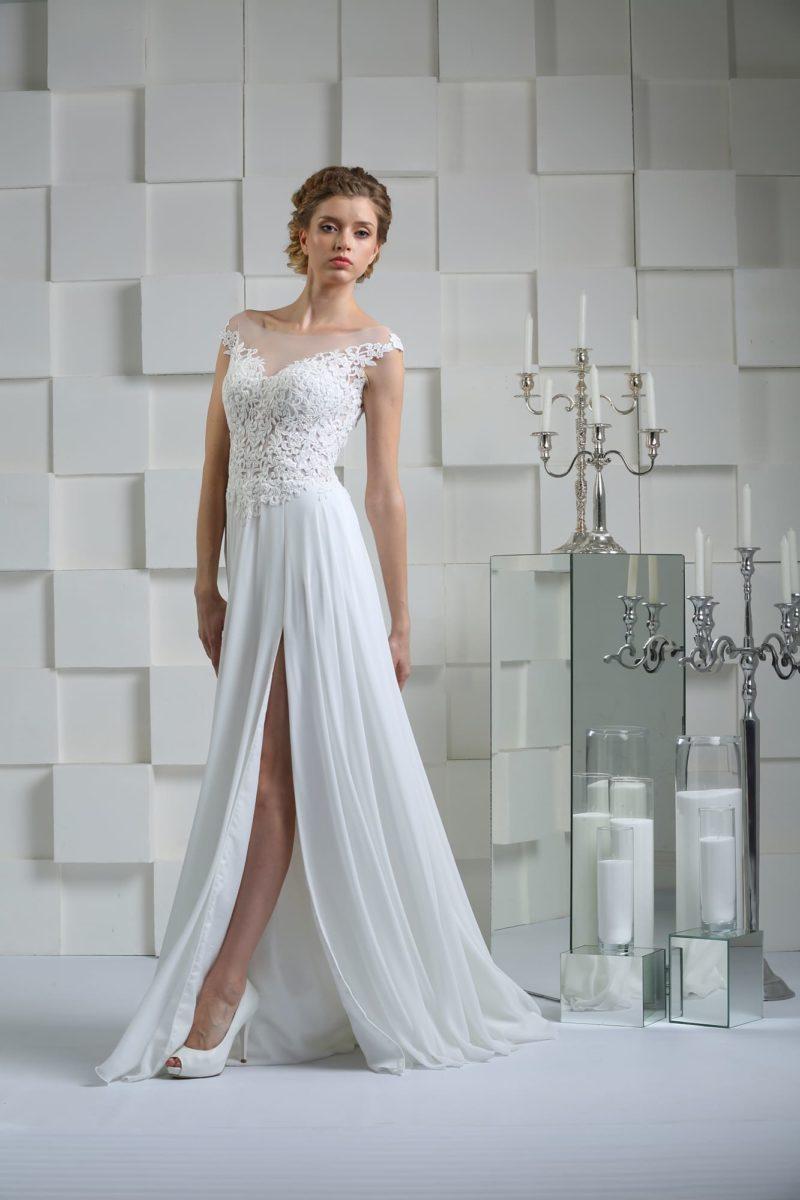 Прямое свадебное платье с кружевным корсетом и соблазнительным разрезом на юбке.