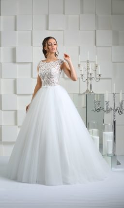 Свадебное платье с облегающим кружевным верхом и чарующей многослойной юбкой.