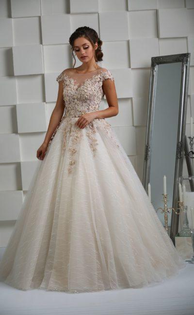 Бежевое свадебное платье пышного силуэта с роскошной отделкой из аппликаций.