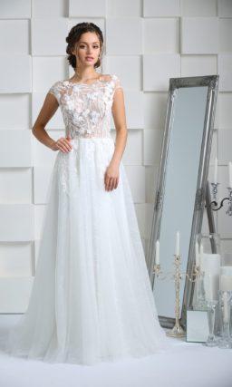 Сдержанное свадебное платье с многослойным низом и объемной отделкой закрытого лифа.