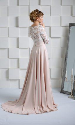 Свадебное платье с прямой розовой юбкой и длинным кружевным рукавом.