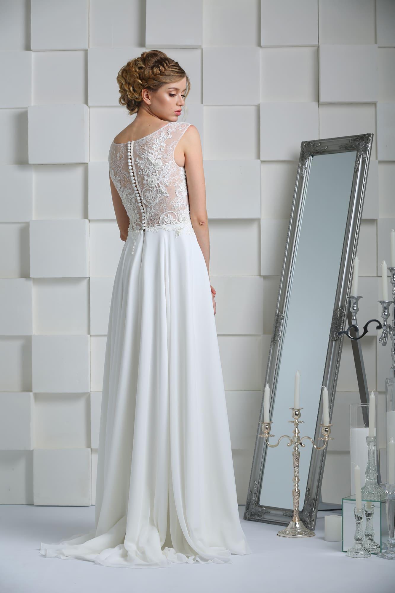 Прямое свадебное платье с романтичным верхом из полупрозрачной ткани.