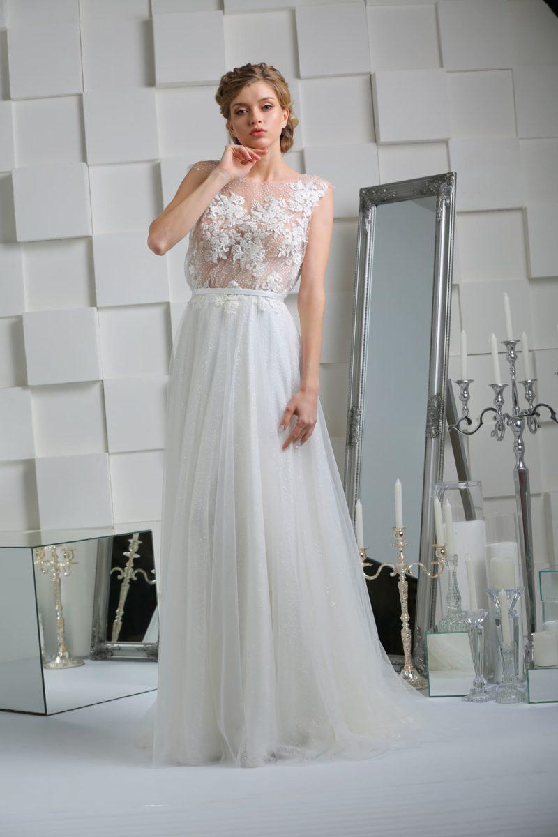 Свадебное платье прямого кроя с полупрозрачным верхом, декорированным аппликациями.