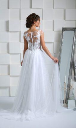 Свадебное платье с полупрозрачным верхом, декорированным объемными аппликациями.