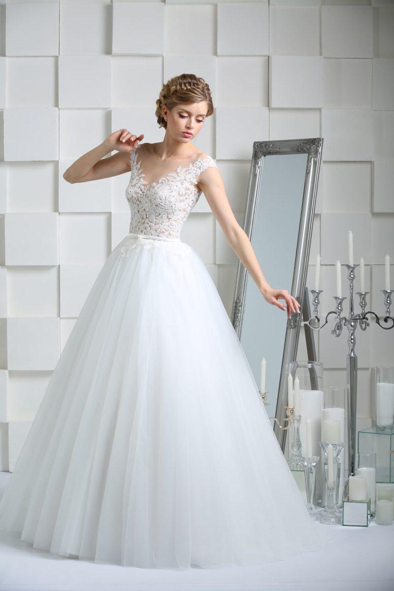Свадебное платье с кружевным верхом и прозрачной вставкой на открытой спинке.