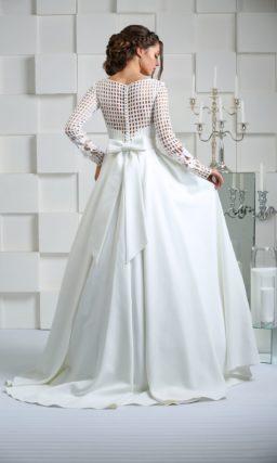 Пышное свадебное платье с великолепной юбкой и длинным сетчатым рукавом.