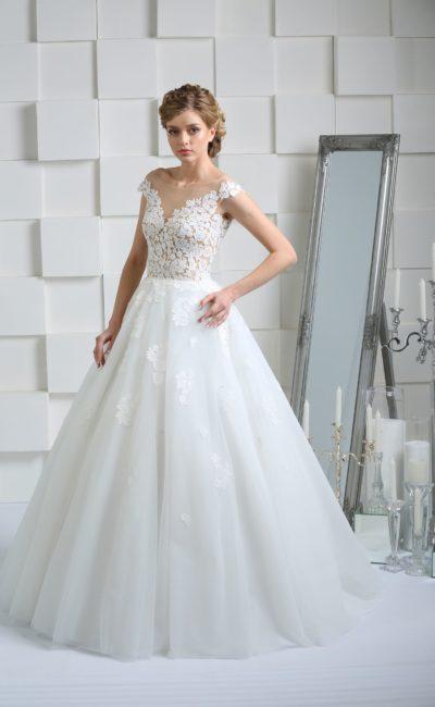Свадебное платье с элегантными декольте на лифе и спинке, а также многослойной юбкой.