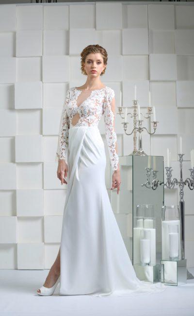 Облегающее свадебное платье с разрезом на юбке и длинными кружевными рукавами.