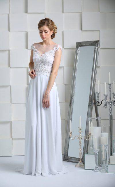 Прямое свадебное платье с фактурной отделкой корсета и небольшим шлейфом на юбке.