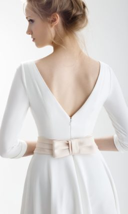 Закрытое свадебное платье с цветным поясом на талии и вырезом на спинке.