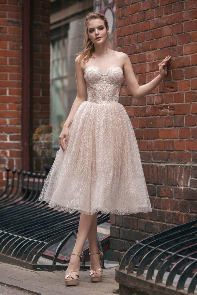 Свадебное платье длины миди с пышной юбкой и кружевным открытым корсетом.