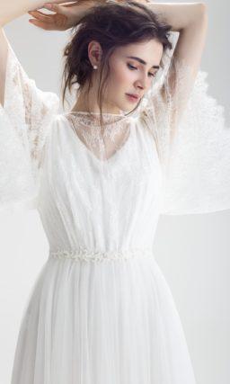 Свадебное платье с кружевным декором лифа, чувственной спинкой и узким поясом.