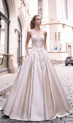 Атласное свадебное платье с фактурной отделкой открытого корсета и юбкой «принцесса».