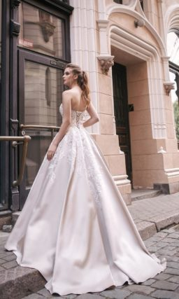 Атласное свадебное платье с фактурной отделкой открытого корсета.