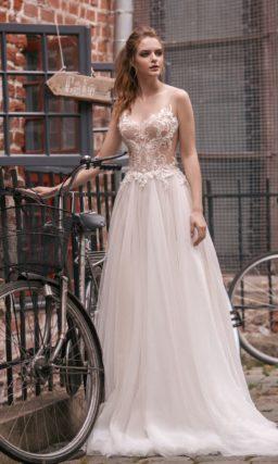 Прямое свадебное платье с воздушным низом и эффектным корсетом с тонкими вставками.