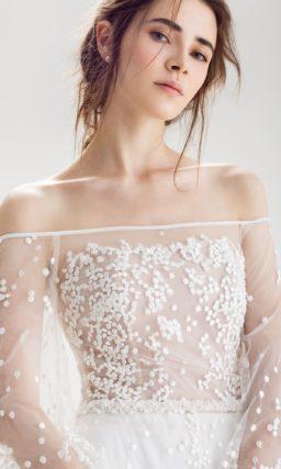 Свадебное платье с оригинальной отделкой и женственным портретным вырезом.