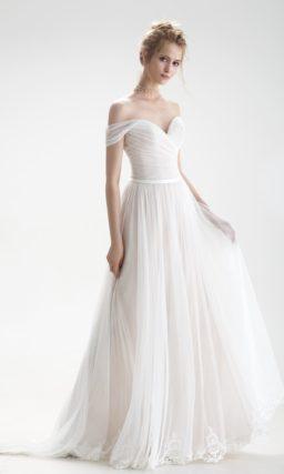 Романтичное свадебное платье с открытым верхом и декором из драпировок.