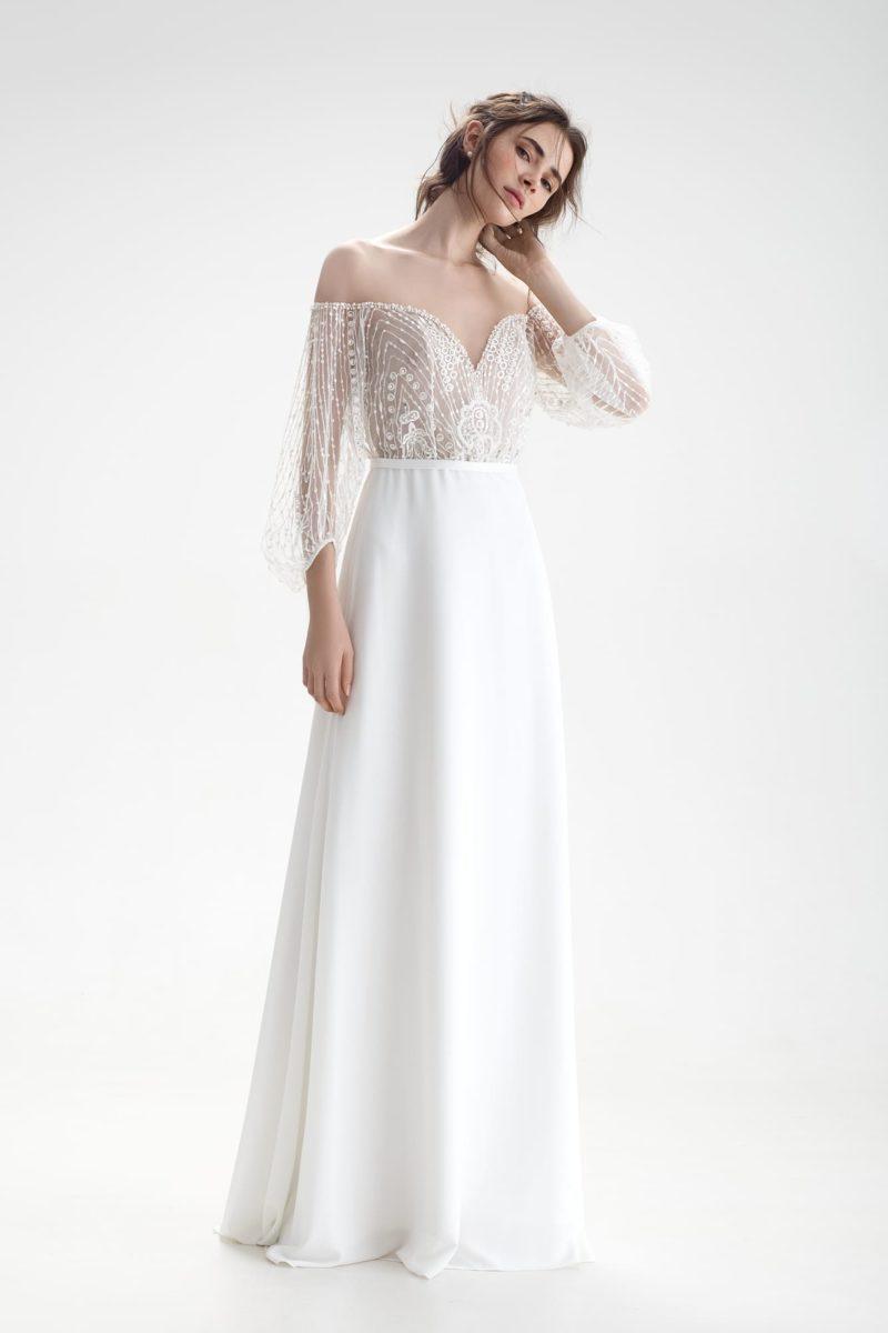 Свадебное платье с открытыми плечами и изящной юбкой А-силуэта.