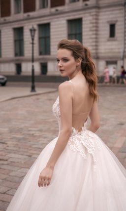 Свадебное платье А-силуэта с бежевым корсетом, покрытым кружевом, и чарующей юбкой.