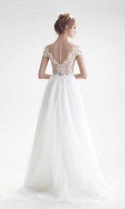 Свадебное платье с соблазнительным верхом, открытой спинкой и юбкой А-кроя.