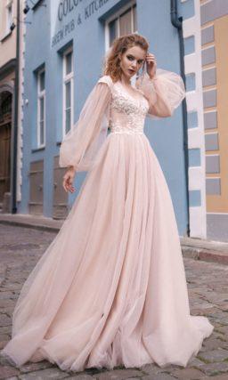 Розовое свадебное платье с полупрозрачным рукавом широкого кроя и открытой спинкой.