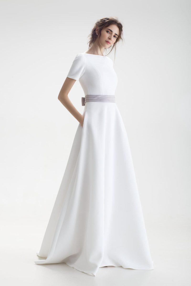 Свадебное платье с закрытым верхом, цветным поясом и юбкой силуэта «принцесса».